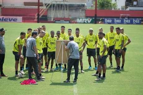 Atletas prestamm atenção às instruções de Maurício Souza no Ninho do Urubu (Foto: Alexandre Vidal/Flamengo)