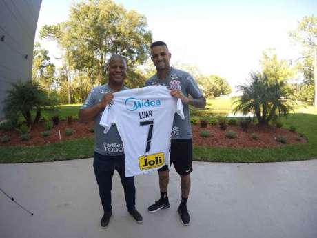 Marcelinho entregou a camisa que marcou sua história no Corinthians (Foto: Agência Corinthians)