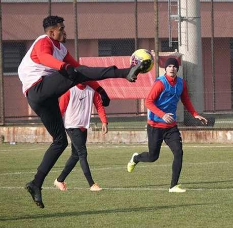 Fabrício Bruno tenta viver melhores momentos no seu clube da Turquia (Divulgação / Genclerbirligi)