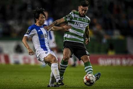 Bruno Fernandes em ação no clássico diante do Porto, no José Alvalade (Foto: AFP)