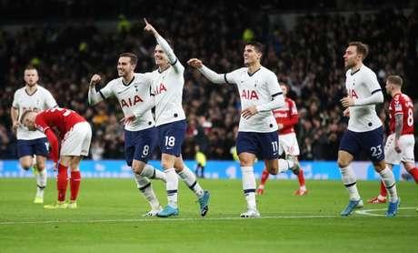 Jogadores do Tottenham comemoram o gol de Lo Celso, marcado logo no início de jogo (Foto: Twitter / Tottenham)