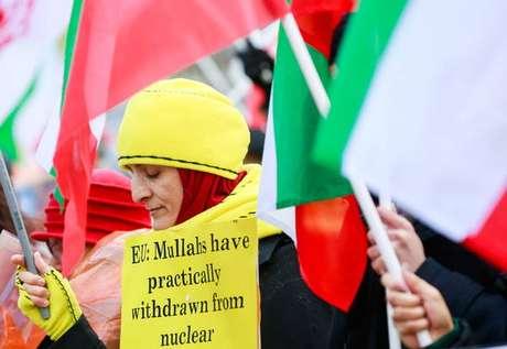 Iranianos de oposição protestam em Bruxelas contra decisão do país persa de romper com acordo nuclear, em 10 de janeiro