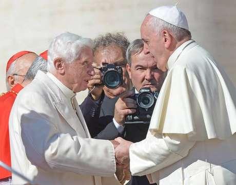 Bento XVI e Francisco durante reunião no Vaticano, em setembro de 2014