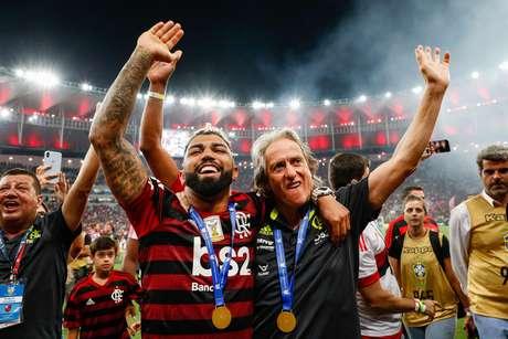 Gabigol e Jorge Jesus comemoram título brasileiro do Flamengo em 2019 após a partida contra o Ceará