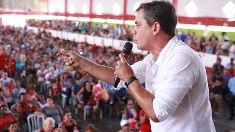 O prefeito Fabiano Horta em cerimônia de entrega do cartão; estratégia de renda universal básica é defendida dentro do PT há anos