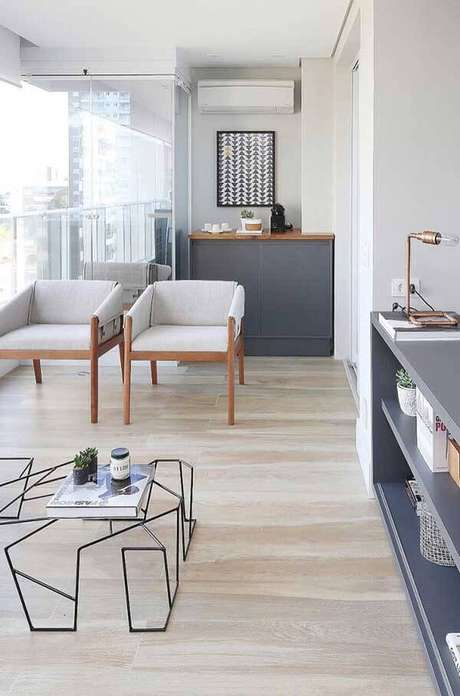 18. Varanda gourmet com cortina de vidro e piso laminado claro. Fonte: Pinterest