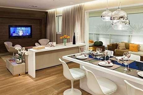 21. O piso laminado se estende por toda a área da sala de jantar e estar. Fonte: Pinterest