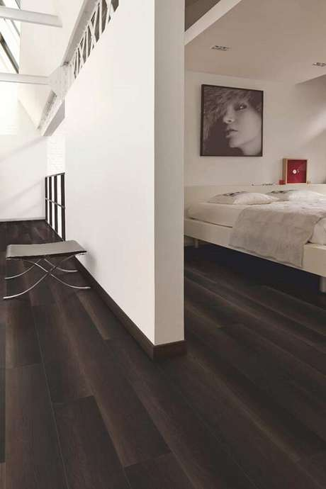 5. O piso laminado escuro se destacou no ambiente com parede branca. Fonte: Pinterest