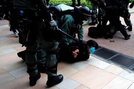 Polícia prende manifestante em Hong Kong 05/01/2020 REUTERS/Tyrone Siu