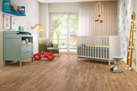 3. O quarto de bebê recebeu acabamento com piso laminado. Fonte: Pinterest