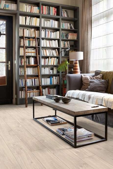 24. A decoração da sala de estar ficou muito mais aconchegante com a presença do piso laminado. Fonte: RC Pisos