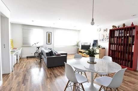 27. Ambiente integrado com piso laminado. Projeto por Carla Cuono Arquitetura e Interiores