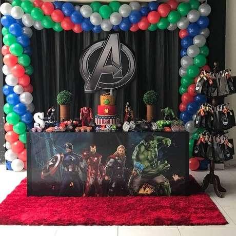 5. Invista em arranjo de balões para decorar a sua festa dos Vingadores simples – Foto: Josivaldo e Cris Balões