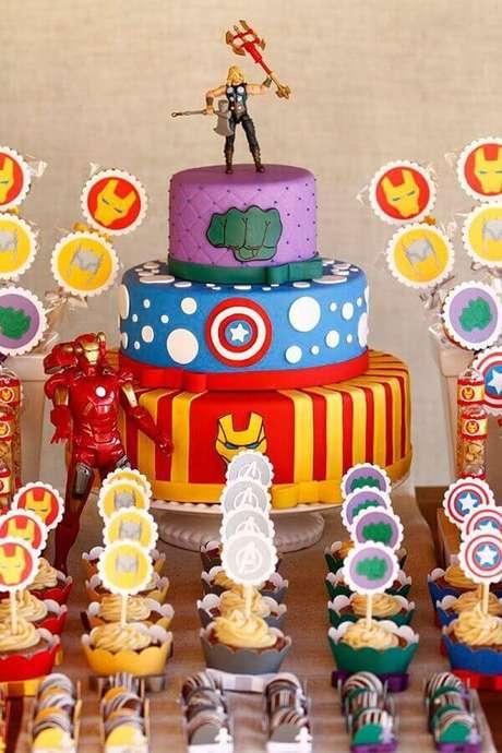 10. Escolha um bolo decorado bem bonito para compor a decoração da mesa de festa infantil dos Vingadores – Foto: A Minha Festinha