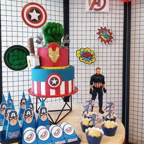 11. Bolo com pasta americana personalizado para mesa de doces de festa de aniversário dos Vingadores – Foto: Babiglacê