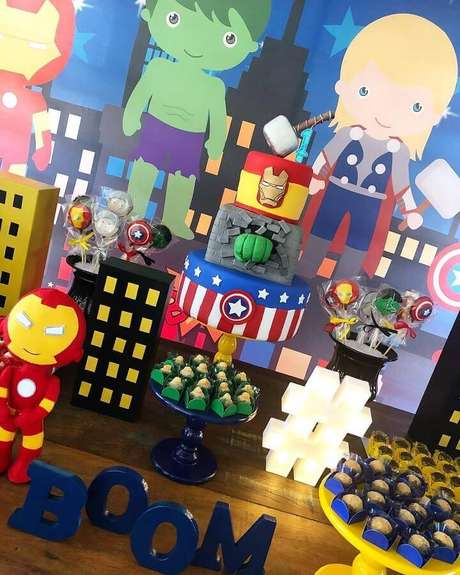 12. Lindo bolo 3 andares personalizado para festa infantil dos Vingadores – Foto: A Lá Lella