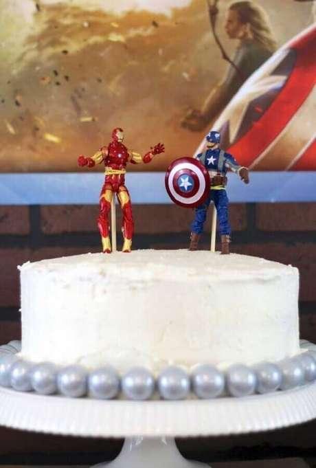 13. Modelo de bolo para festa dos Vingadores simples decorado com bonequinhos no topo – Foto: Everyday Party Magazine