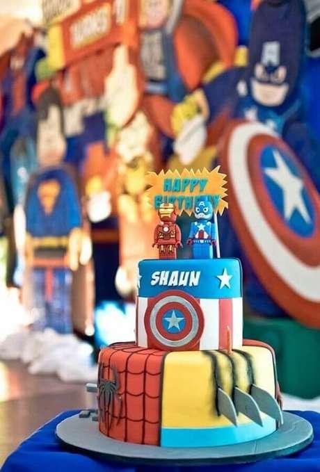 14. Lindo bolo decorado para festa infantil dos Vingadores – Foto: Pinterest