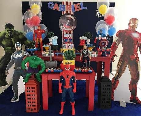 16. Decoração de festa dos Vingadores com bonecos grandes dos heróis – Foto: Najla Boaventura