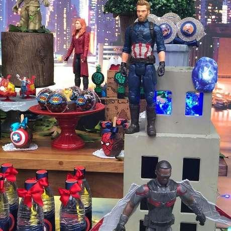 17. Festa infantil dos Vingadores decorada com bonecos dos personagens – Foto: Marcia Colonese