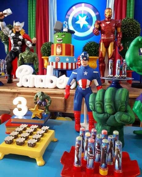 2. Utilize os bonecos dos personagens para fazer a decoração de festa dos Vingadores – Foto: Peritus Festas