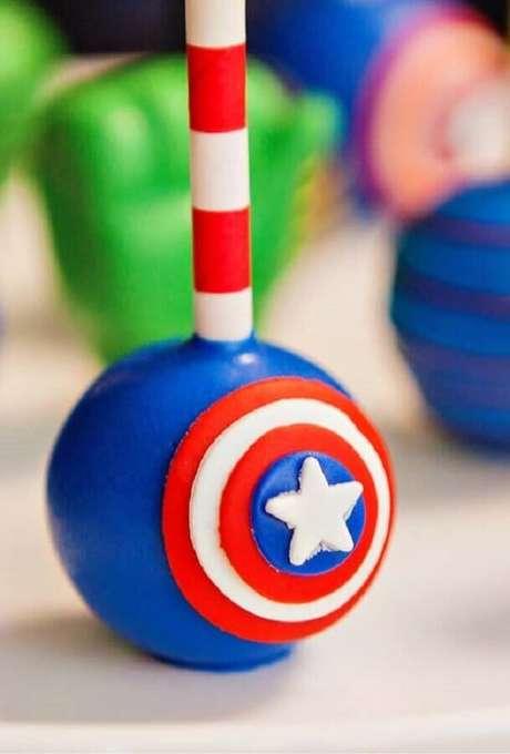 19. Cake pop personalizado com escudo do Capitão América para festa infantil dos Vingadores – Foto: Kara's Party Ideas