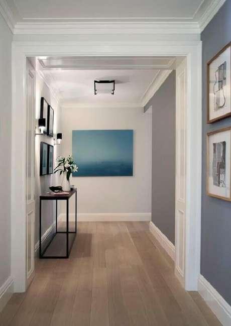 29. O corredor dessa casa recebeu acabamento com piso laminado claro. Fonte: Pinterest