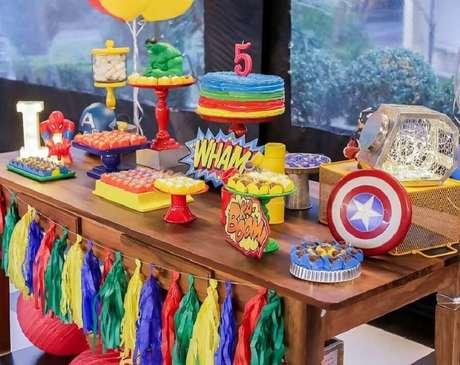 22. Decoração colorida para festa dos Vingadores simples – Foto: Party Society Locação e Festas