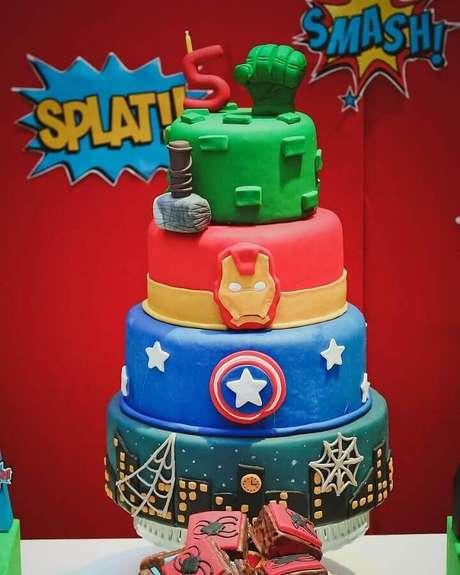 24. Lindo bolo decorado com pasta americana para festa de aniversário dos Vingadores – Foto: Aline Rodrigues