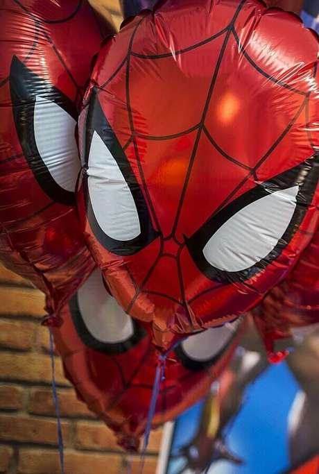 26. Os balões personalizados com a armadura dos heróis também pode fazer parte da decoração de festa dos Vingadores – Foto: Kara's Party Ideas