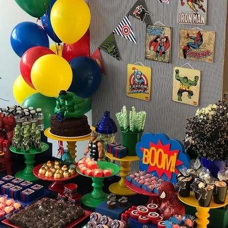 27. Balões coloridos e bonecos de heróis fazem toda a diferença na decoração de festa dos Vingadores – Foto: Pinterest