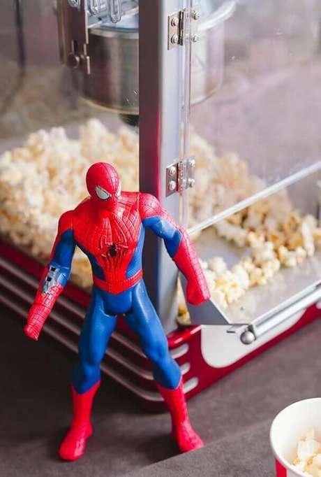 28. Utilize os brinquedos do aniversariante para decorar a festa infantil dos Vingadores – Foto: Delegate