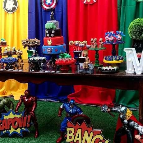 29. Decoração de festa dos Vingadores com bonecos de super-heróis – Foto: Pea Decor