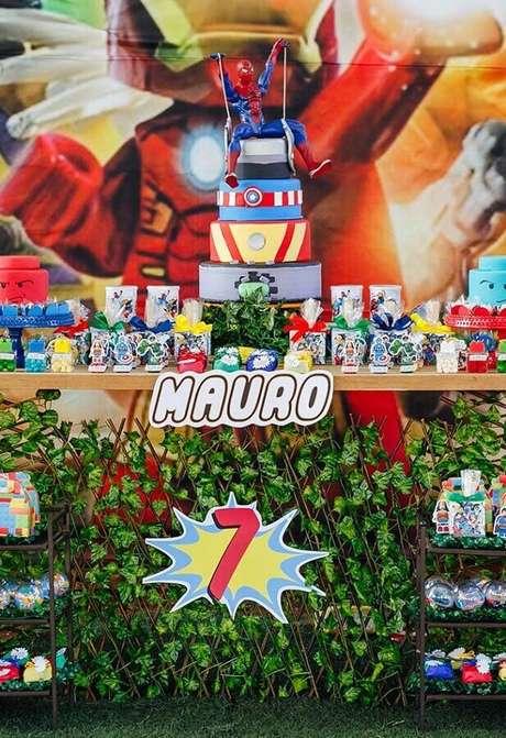 30. Linda decoração de festa dos Vingadores com bolo personalizado de 4 andares e Homem Aranha no topo – Foto: Kara's Party Ideas