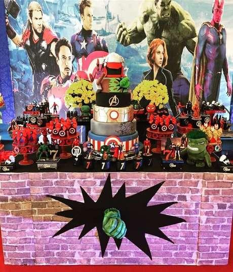 1. O painel do filme é muito usado para a decoração de festa dos Vingadores – Foto: Eventual Festas