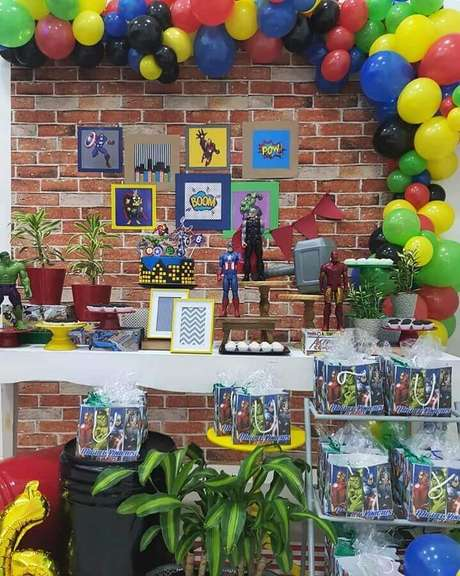 33. Decoração de festa infantil dos Vingadores com arranjo de balões coloridos – Foto: Dia Perfeito Patrícia Noronha