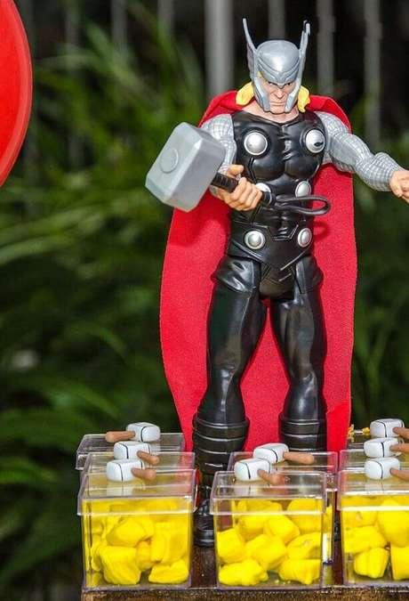 3. Boneco do Thor para decoração de festa infantil dos Vingadores – Foto: Everyday Party Magazine