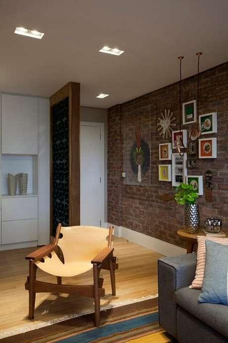 31. Parede de tijolinho aparente e piso laminado encantam a decoração dessa casa. Fonte: Reedecore