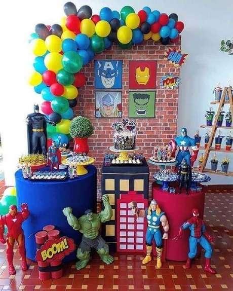 38. Decoração para festa infantil dos Vingadores com vários bonecos – Foto: Pinosy