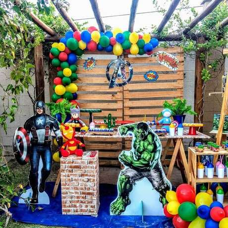 39. Decoração rústica para festa de aniversário dos Vingadores ao ar livre – Foto: Ateliê Sonhos de Mãe