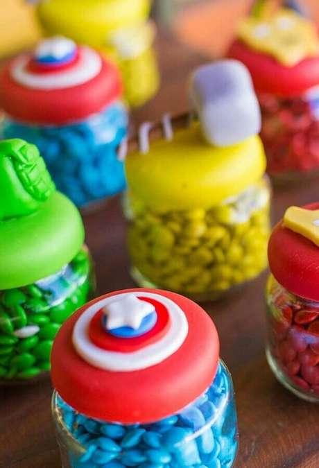 41. Doces em potinhos personalizados para festa de aniversário dos Vingadores – Foto: Dcore Você