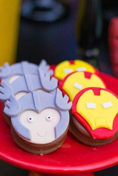 42. Doces personalizados com pasta americana para festa infantil dos Vingadores – Foto: Mamãe & Cia
