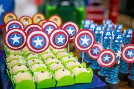 6. Docinhos coloridos fazem toda a diferença na decoração de festa dos Vingadores simples – Foto: Pinterest
