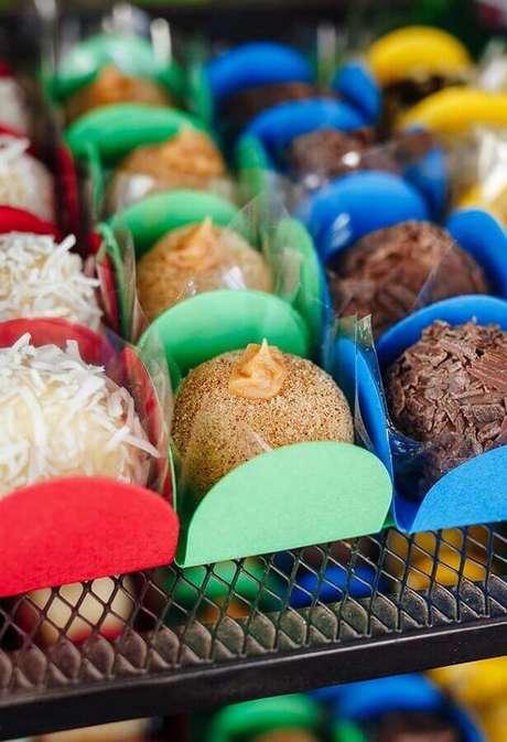 44. Doces com forminhas coloridas para festa dos Vingadores simples – Foto: Pinterest