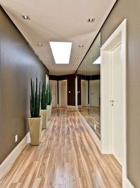 33. Parede espelhada e piso laminado para o corredor dessa residência. Fonte: Pinterest