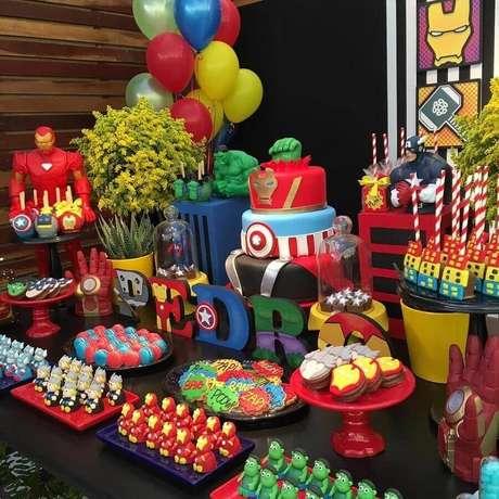 45. Linda mesa de doces decorada para festa de aniversário dos Vingadores com vários doces personalizados – Foto: Tive Uma Ideia