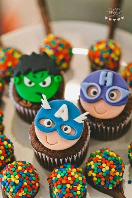46. Festa de aniversário dos Vingadores com doces personalizados – Foto: Clappy Festas