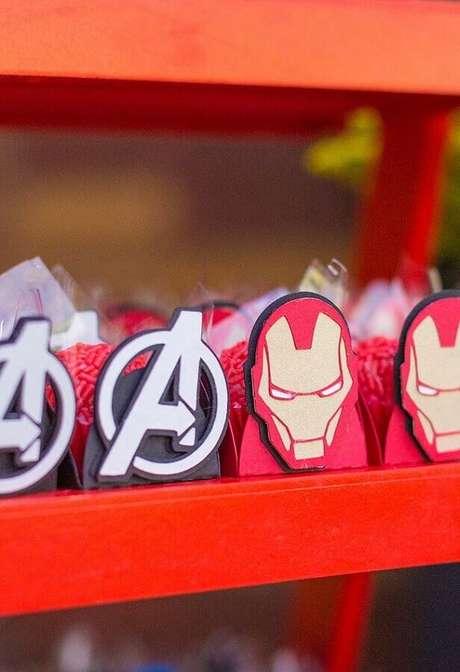 56. Utilize forminhas de doces personalizadas para deixar a festa de aniversário dos Vingadores mais divertida – Foto: Pinterest