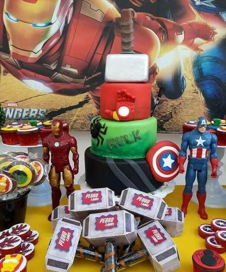 62. Ideias para festa dos Vingadores decorada com painel divertido – Foto: Artheca Caren Lopes