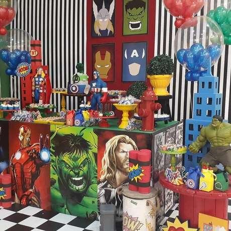 63. Linda decoração para festa dos Vingadores com vários detalhes representando os personagens principais – Foto: Funny Kids Festas